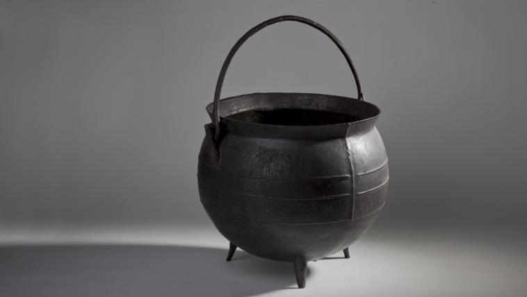 Spherical iron tripod kettle.
