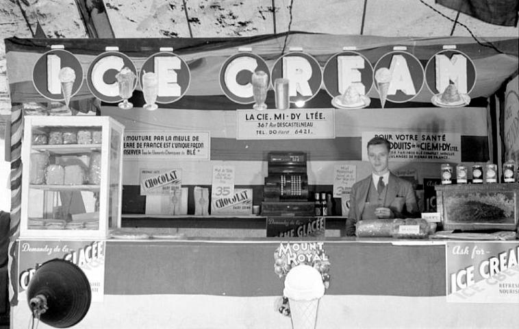 Photography of an ice cream street vendor in Montreal.